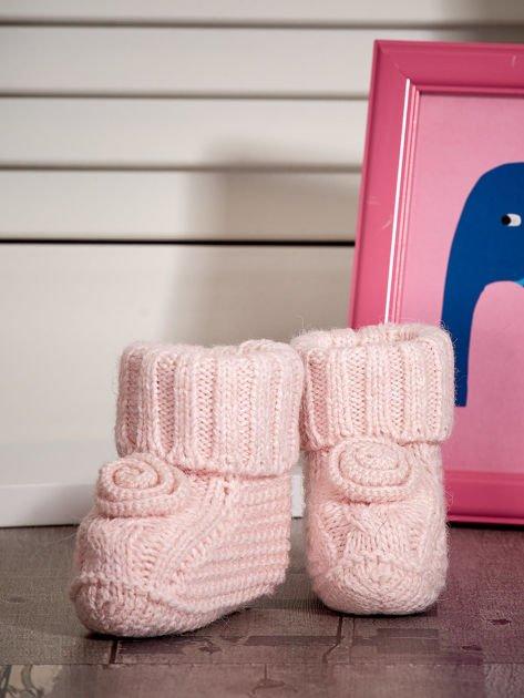 Jasnoróżowe miękkie dziergane buciki dziewczęce                              zdj.                              4