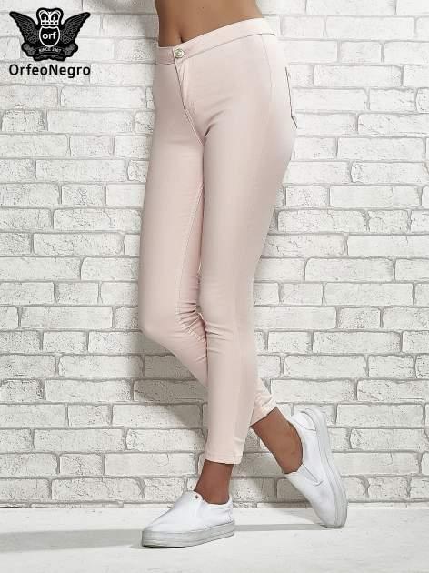 Jasnoróżowe spodnie rurki skinny