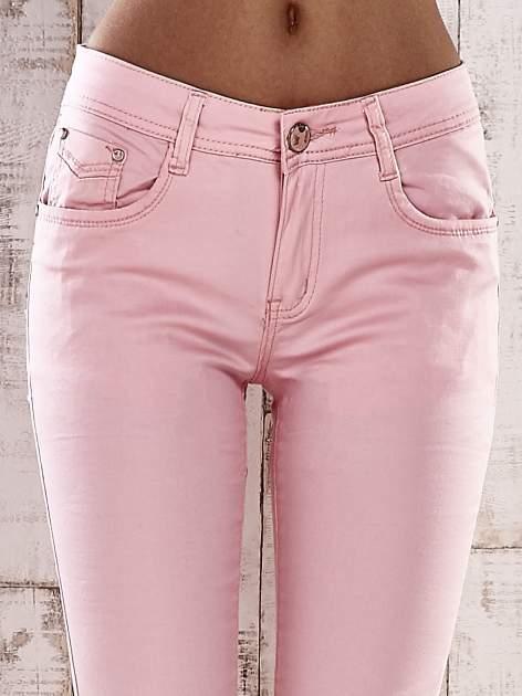 Jasnoróżowe spodnie skinny jeans z dżetami                                  zdj.                                  4