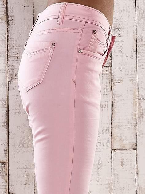 Jasnoróżowe spodnie skinny jeans z dżetami                                  zdj.                                  5
