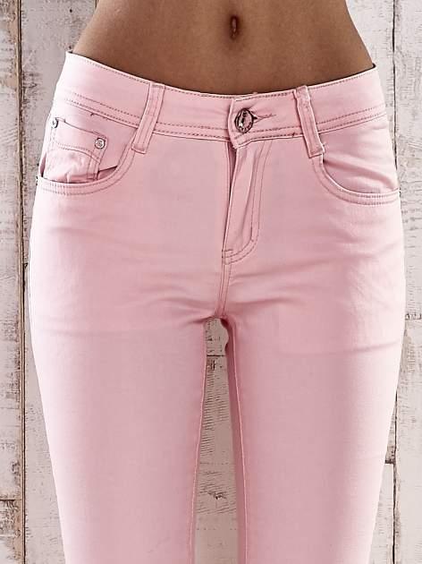 Jasnoróżowe spodnie skinny jeans z ozdobami przy kieszeniach                                  zdj.                                  3
