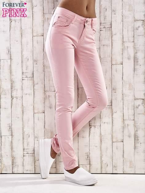 Jasnoróżowe spodnie skinny jeans z ozdobami przy kieszeniach                                  zdj.                                  1