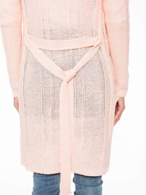 Jasnoróżowy ażurowy długi sweter typu kardigan z paskiem                                  zdj.                                  9