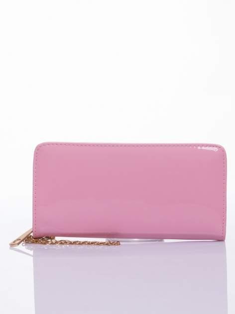 Jasnoróżowy lakierowany portfel z odpinanym złotym łańcuszkiem                                  zdj.                                  1