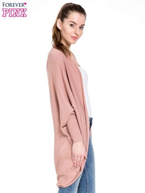 Jasnoróżowy sweter narzutka z nietoperzowymi rękawami                                  zdj.                                  3