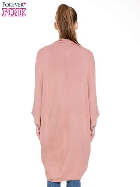 Jasnoróżowy sweter narzutka z nietoperzowymi rękawami                                  zdj.                                  4