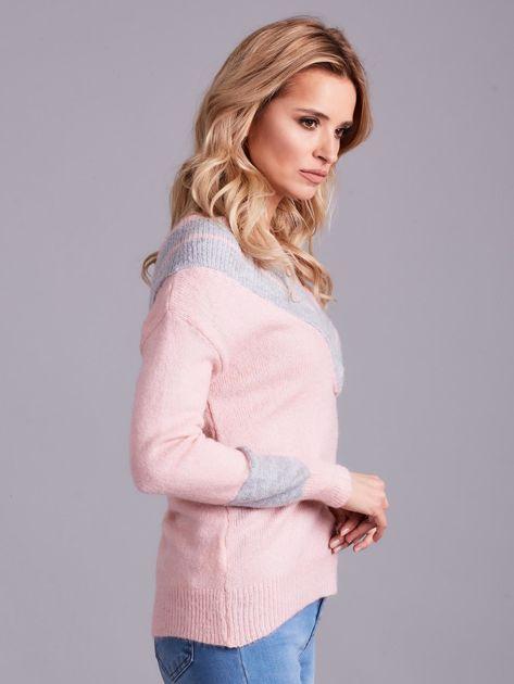Jasnoróżowy sweter z dekoltem w serek                              zdj.                              3