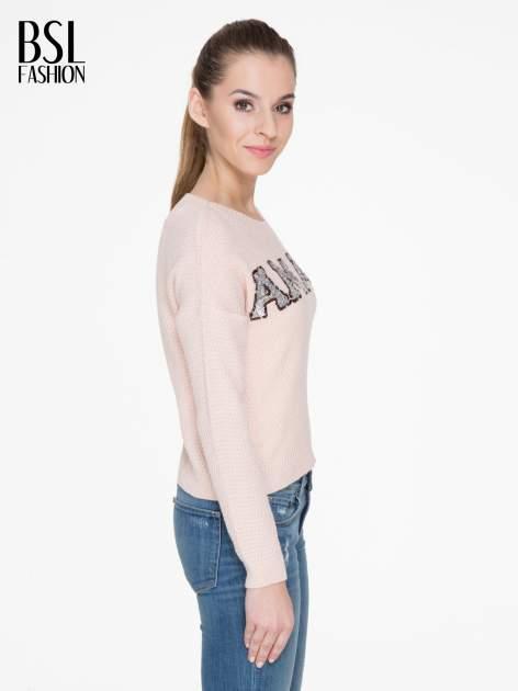 Jasnoróżowy sweter z napisem AMAZE z cekinów                                  zdj.                                  3