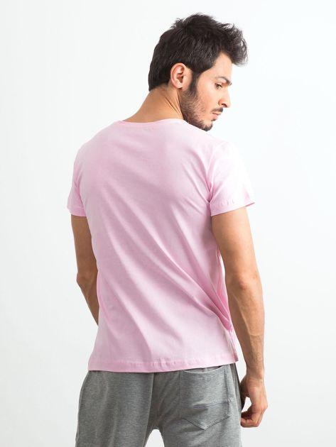Jasnoróżowy t-shirt męski z nadrukiem                              zdj.                              2