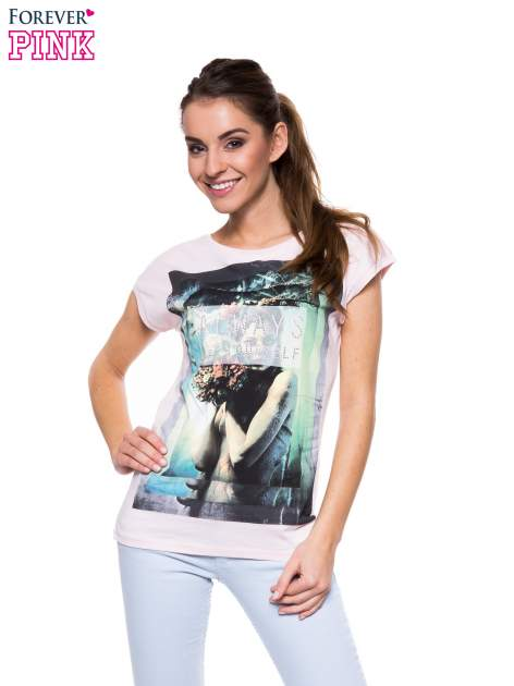 Jasnoróżowy t-shirt z dużym nadrukiem