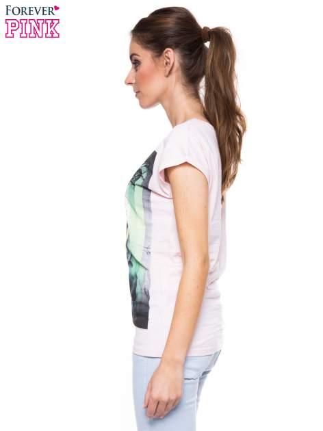 Jasnoróżowy t-shirt z dużym nadrukiem                                  zdj.                                  2