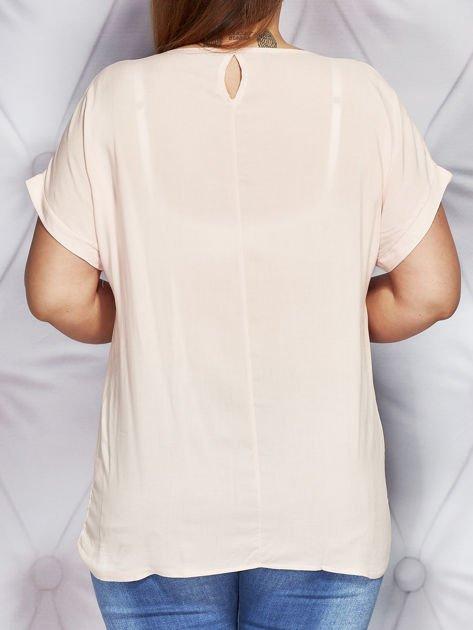 Jasnoróżowy t-shirt z fotograficznym nadrukiem PLUS SIZE                              zdj.                              2