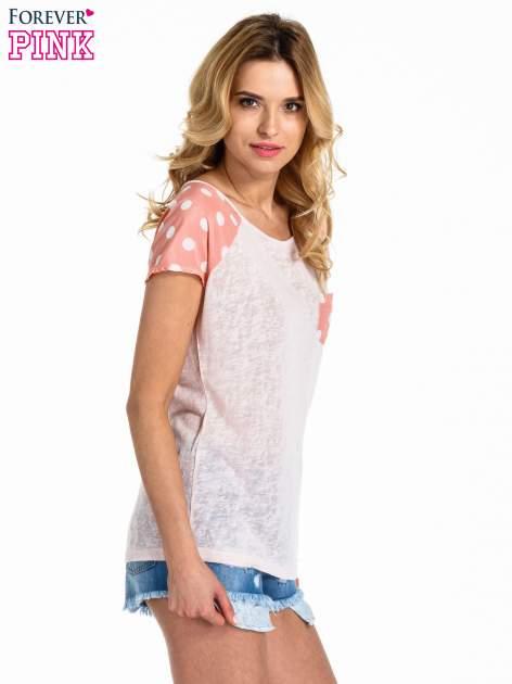 Jasnoróżowy t-shirt z kieszonką w groszki                                  zdj.                                  3