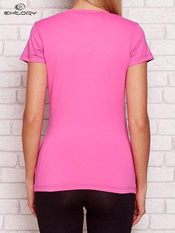 Jasnoróżowy t-shirt z kontrastowymi wstawkami