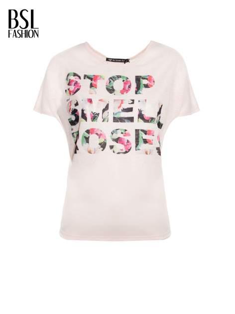 Jasnoróżowy t-shirt z kwiatowym napisem STOP SMELL ROSES                                  zdj.                                  2