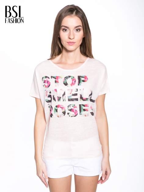 Jasnoróżowy t-shirt z kwiatowym napisem STOP SMELL ROSES                                  zdj.                                  1