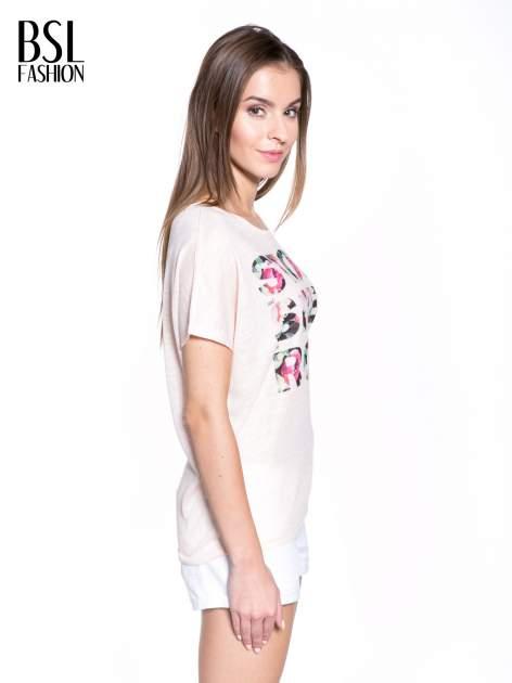 Jasnoróżowy t-shirt z kwiatowym napisem STOP SMELL ROSES                                  zdj.                                  3