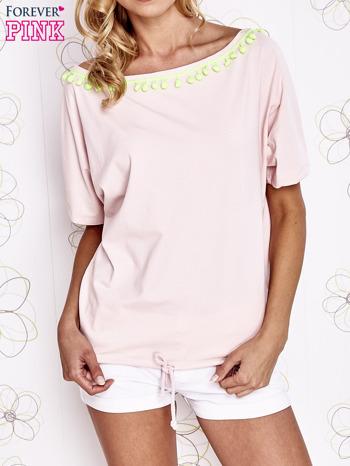 Jasnoróżowy t-shirt z limonkowymi pomponikami przy dekolcie                                  zdj.                                  1