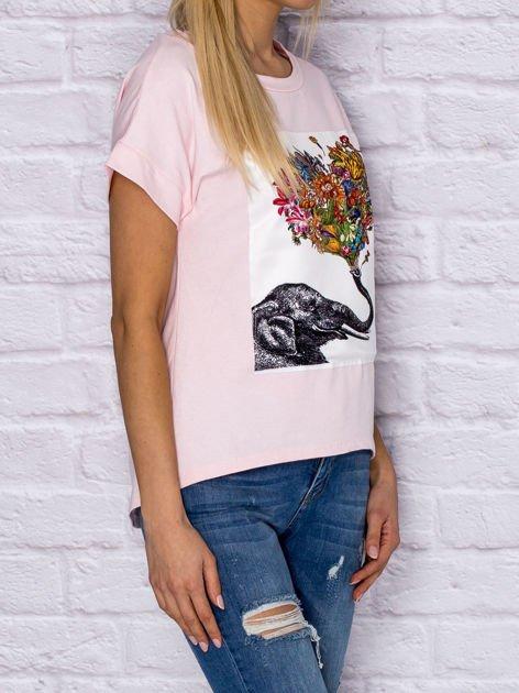 Jasnoróżowy t-shirt z malarskim nadrukiem                                  zdj.                                  3