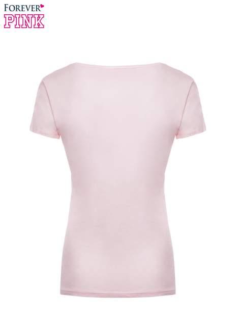Jasnoróżowy t-shirt z nadrukiem GOOD GIRLS DO BAD THINGS                                  zdj.                                  5