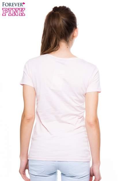 Jasnoróżowy t-shirt z nadrukiem GOOD GIRLS DO BAD THINGS                                  zdj.                                  4