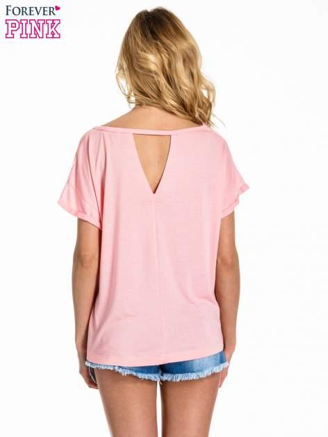 Jasnoróżowy t-shirt z nadrukiem w palmy                                  zdj.                                  4