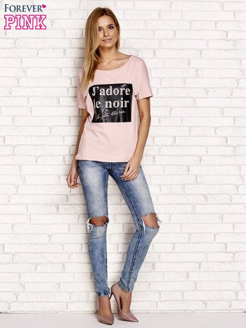 Jasnoróżowy t-shirt z napisem J'ADORE LE NOIR                                  zdj.                                  4
