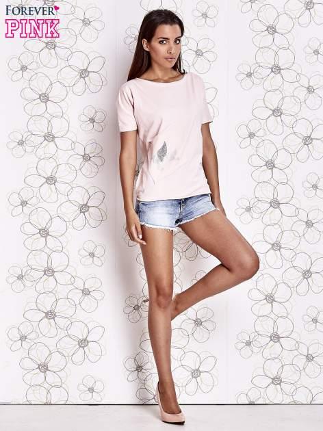 Jasnoróżowy t-shirt z ukośną kieszenią i dżetami                                  zdj.                                  2
