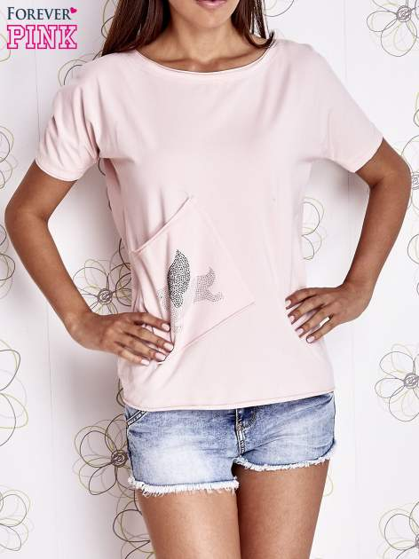 Jasnoróżowy t-shirt z ukośną kieszenią i dżetami                                  zdj.                                  1
