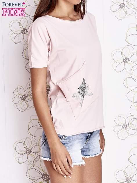 Jasnoróżowy t-shirt z ukośną kieszenią i dżetami                                  zdj.                                  3