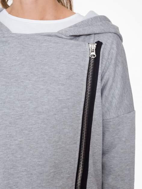 Jasnoszara bluza dresowa z kapturem i suwakiem z boku                                  zdj.                                  8