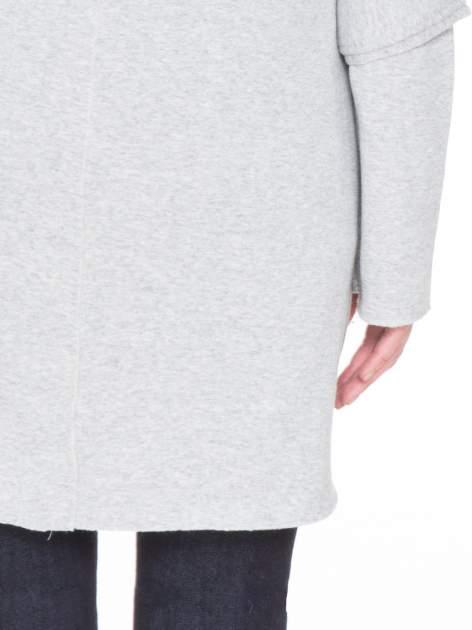 Jasnoszara bluza na suwak z kapturem z surowym wykończeniem                                  zdj.                                  8