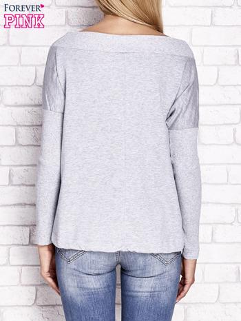 Jasnoszara bluza z szerokim ściągaczem i troczkami                                  zdj.                                  2