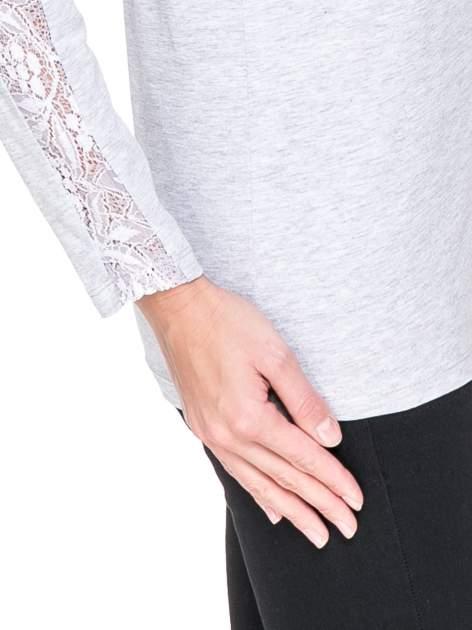 Jasnoszara bluzka z koronkową wstawką wzdłuż rękawów                                  zdj.                                  5