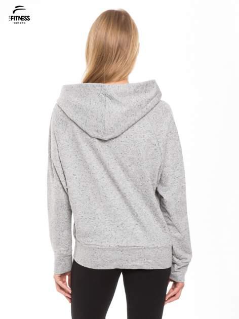 Jasnoszara damska bluza dresowa z kapturem i kieszeniami z przodu                                  zdj.                                  4