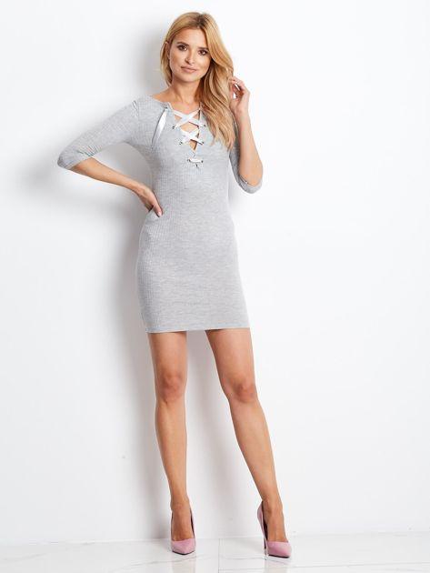 Jasnoszara sukienka w prążek z dekoltem lace up                              zdj.                              4