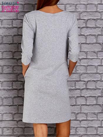Jasnoszara sukienka z naszywkami                                  zdj.                                  4