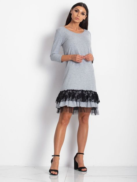 Jasnoszara sukienka z tiulem i koronkową falbaną                              zdj.                              4