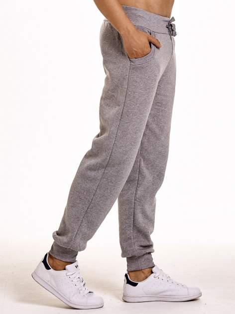 Jasnoszare dresowe spodnie męskie z trokami w pasie i kieszeniami                                  zdj.                                  4