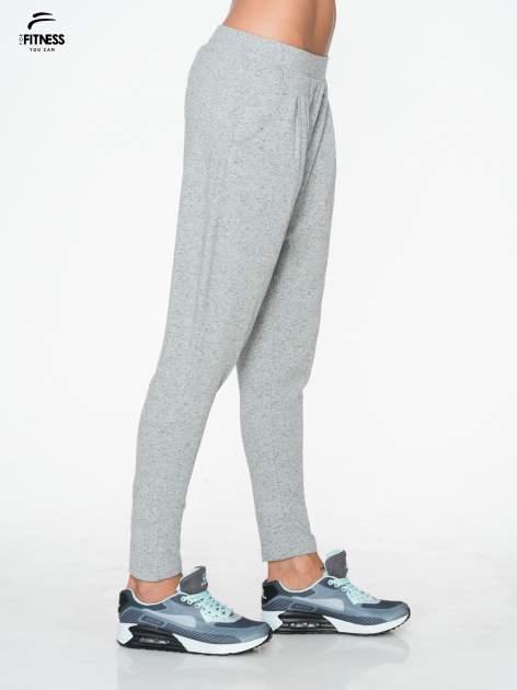 Jasnoszare spodnie dresowe typu baggy z guziczkami                                  zdj.                                  2