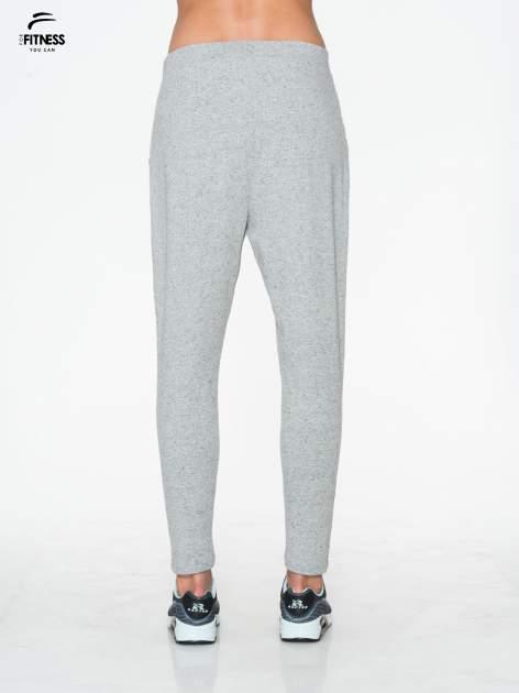 Jasnoszare spodnie dresowe typu baggy z guziczkami                                  zdj.                                  3