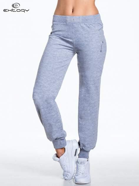 Jasnoszare spodnie dresowe z aplikacją z dżetów PLUS SIZE                                  zdj.                                  1