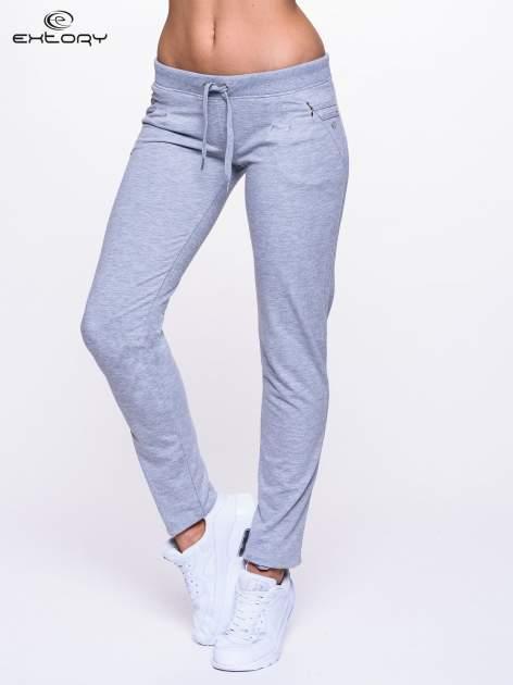 Jasnoszare spodnie dresowe z dżetami przy kieszeniach