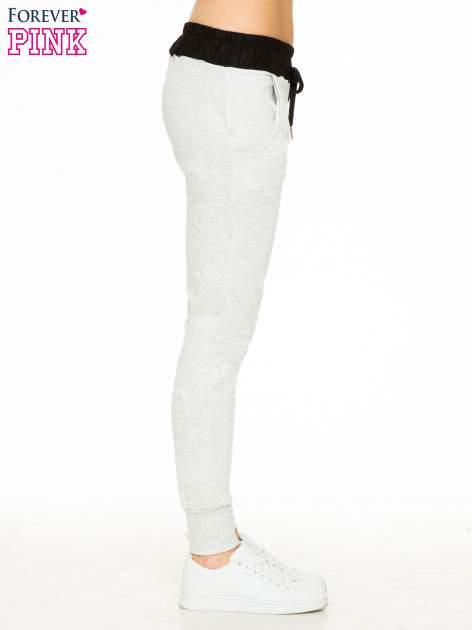 Jasnoszare spodnie dresowe z elastycznym kontrastowym pasem                                  zdj.                                  3