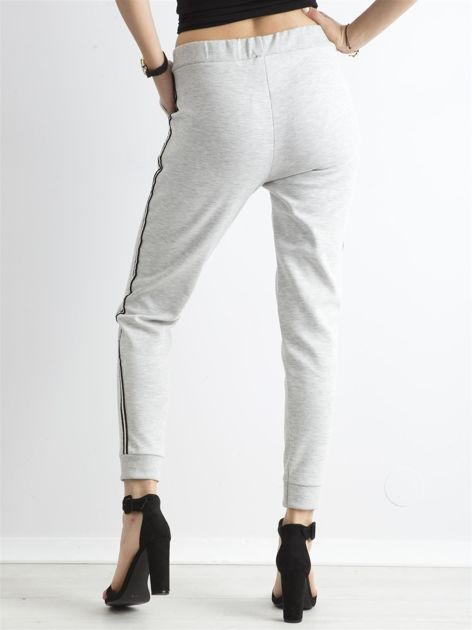 Jasnoszare spodnie dresowe z lampasem                              zdj.                              2