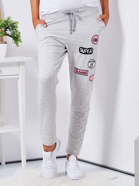Jasnoszare spodnie dresowe z naszywkami                              zdj.                              1