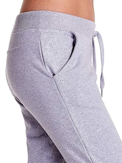 Jasnoszare spodnie dresowe z prostą nogawką                                  zdj.                                  6