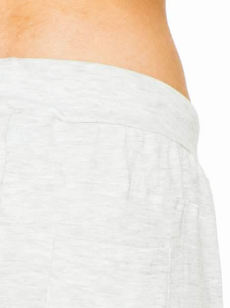 Jasnoszare spodnie dresowe z wywijanymi nogawkami                                  zdj.                                  5