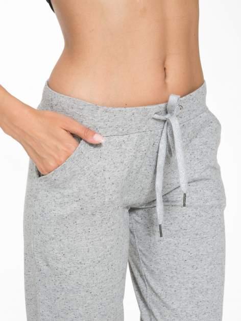 Jasnoszare spodnie sportowe typu capri wiązane w pasie                                  zdj.                                  6