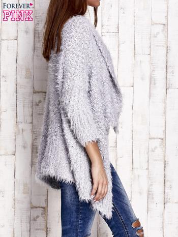 Jasnoszary asymetryczny sweter z szerokim kołnierzem                                  zdj.                                  2